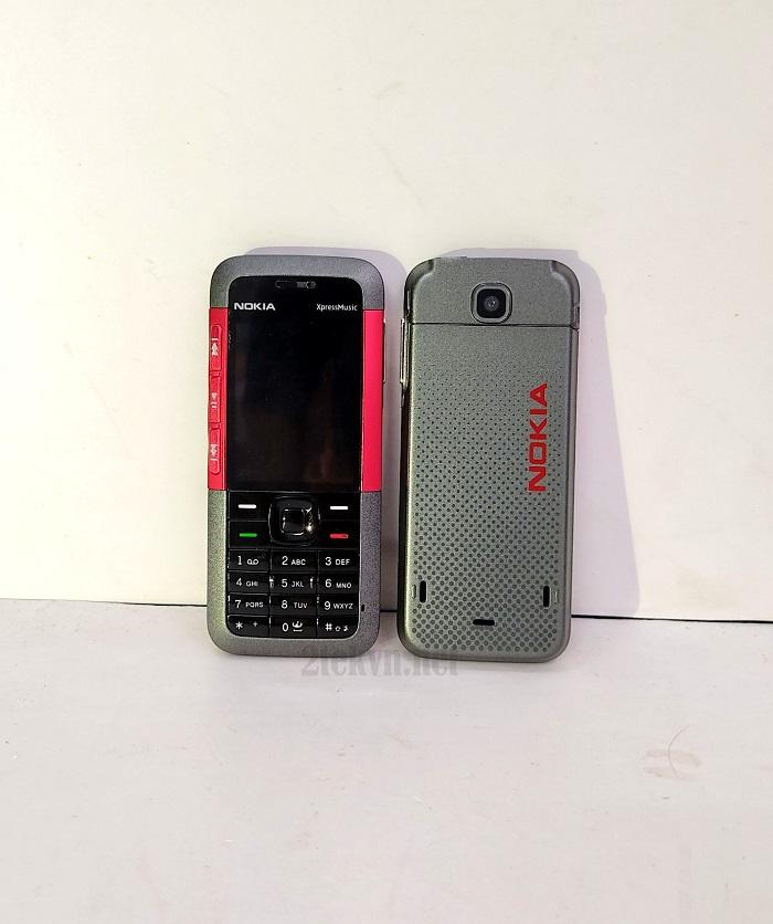 Mặt trước và sau chiếc Nokia 5310 màu đỏ