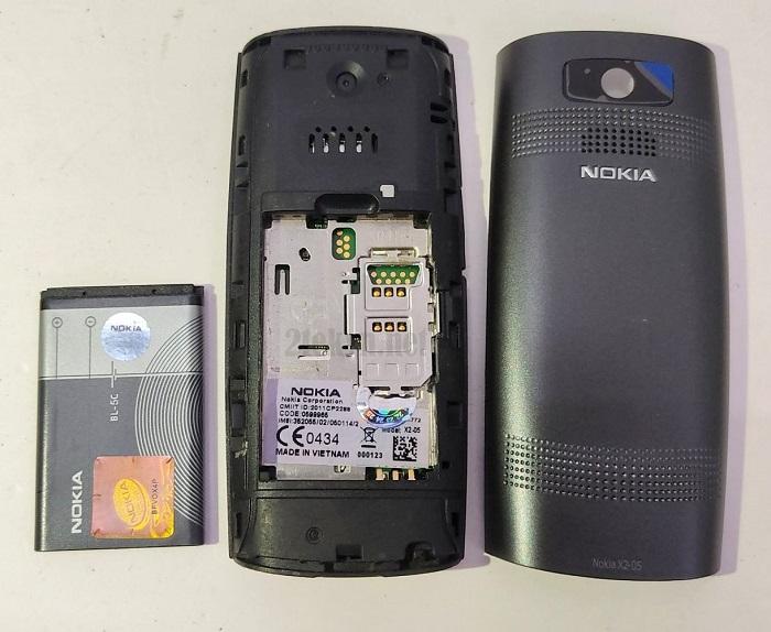 Khe sim cùng pin của chiếc Nokia X2-05