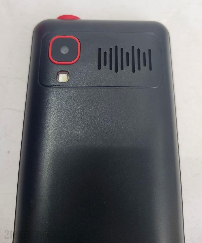 Mặt lưng của chiếc điện thoại 3 sim Q4