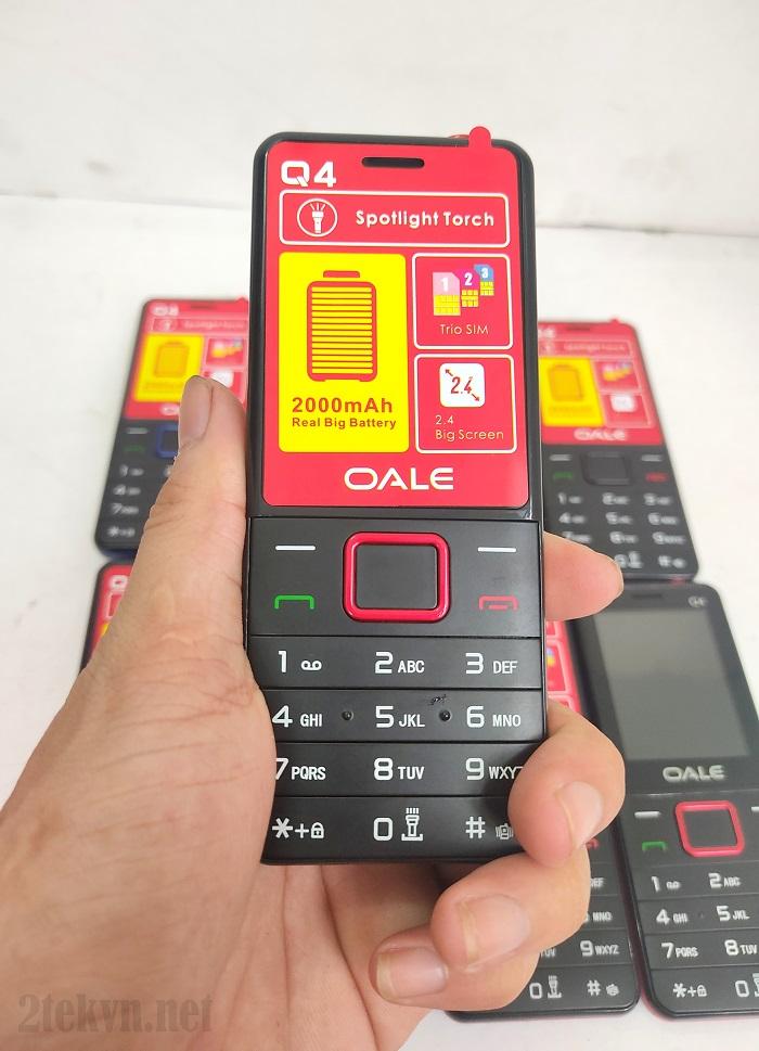 Trên tay chiếc điện thoại 3 sim Q4