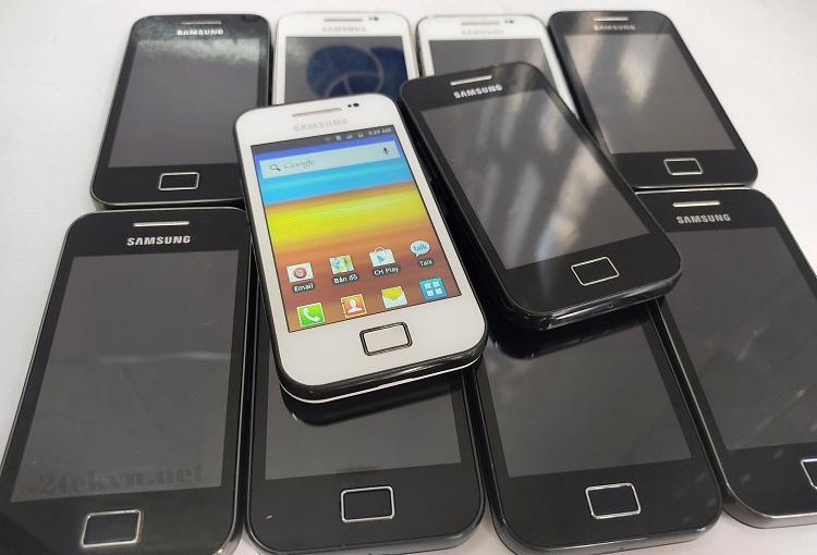 Samsung S5830i được thiết kế với 2 màu là Trắng và Đen