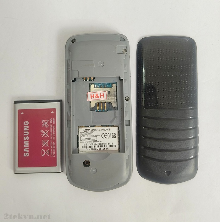 Samsung E1080 sử dụng loại pin rời li-on với dung lượng 800mAh