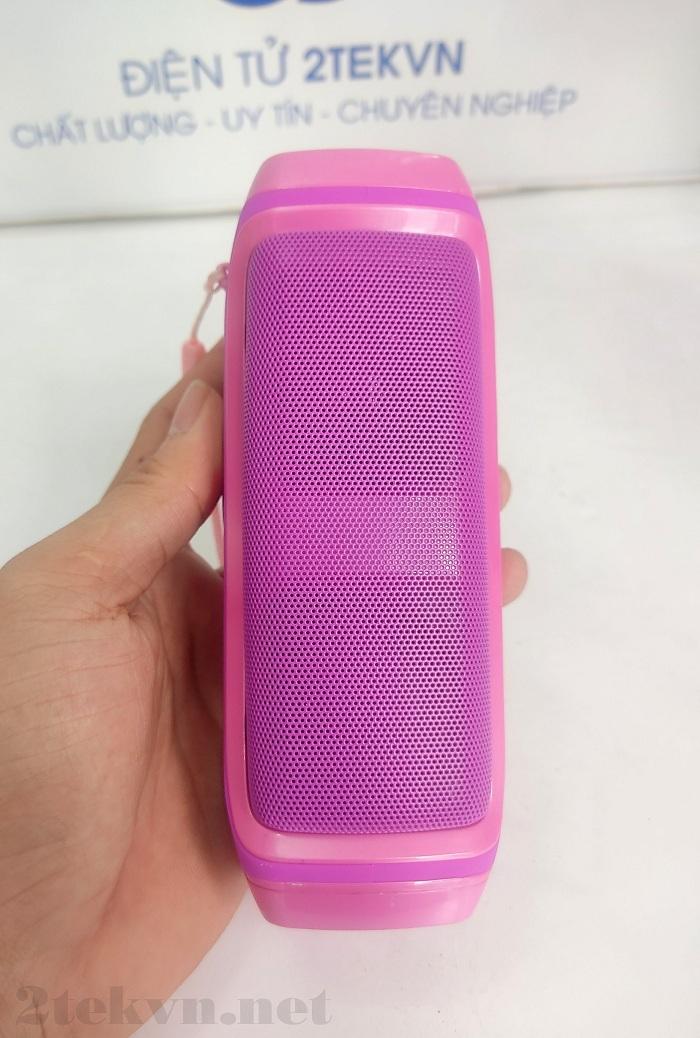 Phần lưng của chiếc THT Phone K3 được thiết kế với một cặp loa ngoài rất lớn