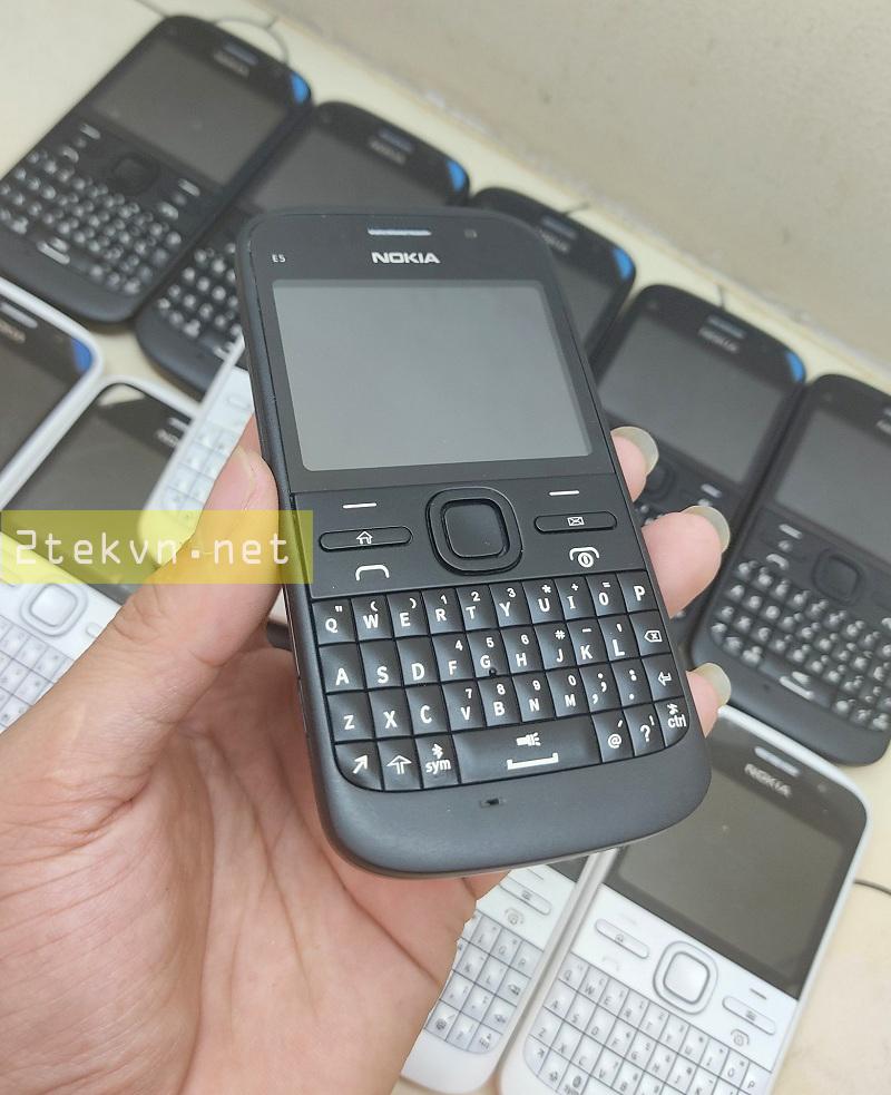 Trên tay chiếc Nokia E5 màu đen sang trọng (Hình ảnh được chụp tại cửa hàng)